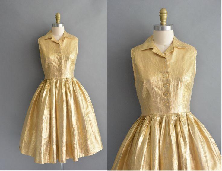 Prachtige vintage jaren 1950 gouden volledige rok jurk door Jane Hodges, knop aan de voorkant voor sluiting, vleiende gesmoord taille past, terug metalen rits sluiting.  ✂---M E EEN S U R E M E N T S--- best past: medium  Bust: 37 Taille: 28 heupen: ope pasvorm totale lengte: 41  Label/etiket: Jane Hodges materiaal: goud tinsel voorwaarde: in de buurt van uitstekend, er is een zeer kleine mark op de onderste rok, heeft niet geprobeerd te reinigen. Dienovereenkomstig geprijsd…