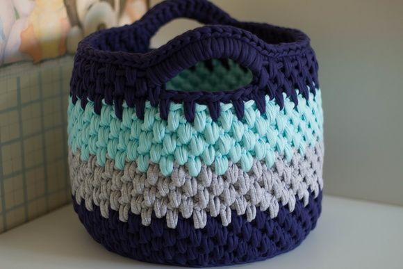 Lindo cesto em fio de malha, tamanho G. Ideal para guardar brinquedos, roupas e objetos grandes. Organiza e decora o ambiente! Favor consultar a vendedora para disponibilidade de cores.