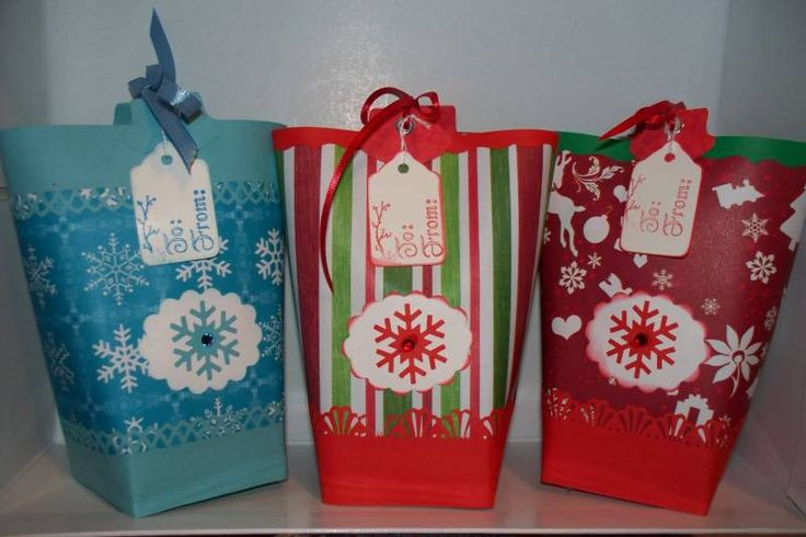 Создавать красивую упаковку совсем несложно. Дарите подарки красиво!..Вот такой подарочный пакет со снежинками вы научитесь делать по этому мастер-классу:....Вам потребуется:.. цветная дизайнерская бумага. пуговицы. лента. двусторонний ско...