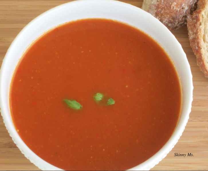 Who doesn't love classic tomato basil soup?!  This version is made with 100% clean-eating ingredients #skinnyms #cleaneating #tomatosoup #recipes