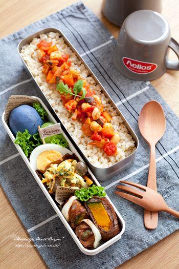 おかずを作る時からお弁当の形に収まるように大きさを考えておくと楽です。ゆでたまごなどはちょうど収まり、沈むようならパスタなどを敷きましょう。