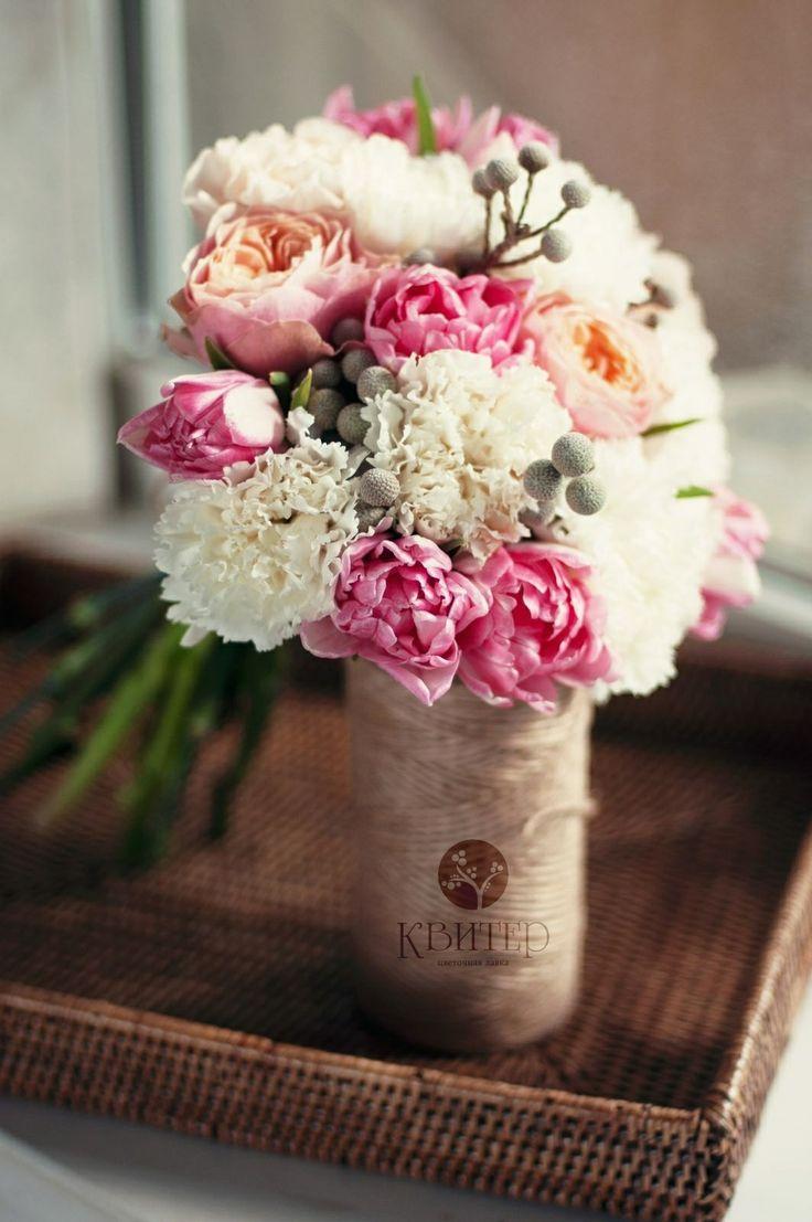 Пионовидные розы и тюльпаны, гвоздика и мелкая бруния