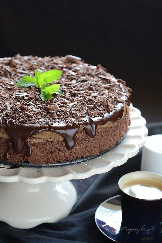 Sernik czekoladowy mokka nie tylko fantastycznie się prezentuje ale też nieziemsko smakuje. Dodałam gorzkiej czekolady ale można połączyć gorzką i mleczną.