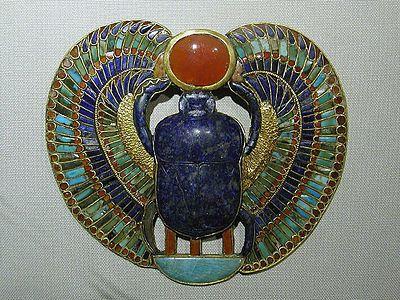 """Symbole égyptien du scarabée ailé poussant le disque solaire. Le scarabée était consacré à Khépri, """"Celui qui est apparu"""", dieu du soleil levant."""