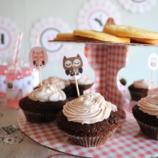 Un gufo su ogni dolcetto, per fare la guardia ai cupacakes http://www.think-ink.it/2014/06/baby-shower-tutto-in-rosa.html