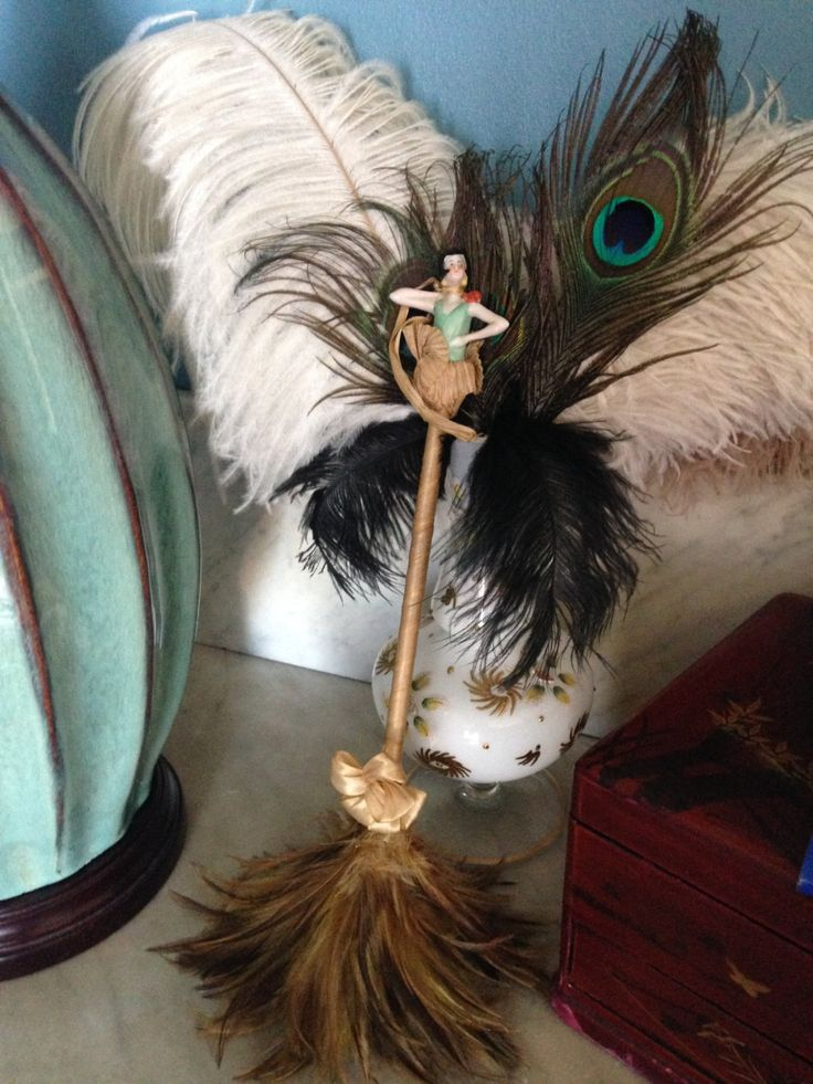 Antique art deco feather duster with a flapper half doll, plumeau art déco en plumes avec demi figurine garçonne. de la boutique LesPierreVintage sur Etsy