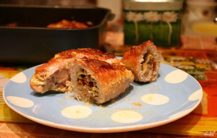 Рулетики из свинины, запеченные в духовке - простейшее блюдо домашней кухни, которое получается настолько эффектным и вкусным, что его не стыдно поставить и на праздничный стол.