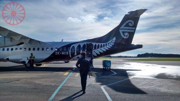 Visto de 1 ano p/ turismo e trabalho na Nova Zelandia. Aplicações em Setembro de todo ano.  http://www.immigration.govt.nz/migrant/stream/work/workingholiday/brazilwhs.htm