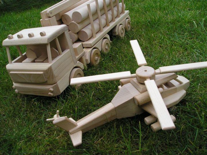 Lesní tahač dřeva Tatra s vrtulníkem. Dřevěná hračka pro děti.2662,- Kč