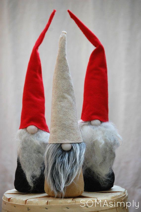 Cette liste est pour 1 Gnome de Noël scandinave avec corps noir, barbe de laine grey(ish) et red hat. Ceux-ci sont partis, ils ne seront pas retour jusquà la prochaine saison des fêtes !    Tomten est environ 16 pouces de hauteur. Lun des types, pas deux se ressemblent ! GNOME, lutin, père Noël ou Tomten. Peu importe ce que vous allez appeler cette adorable créature, il est sûr dapporter le sourire à votre visage. En Scandinavie, les elfes sont des créatures mythologiques et sont dit de…