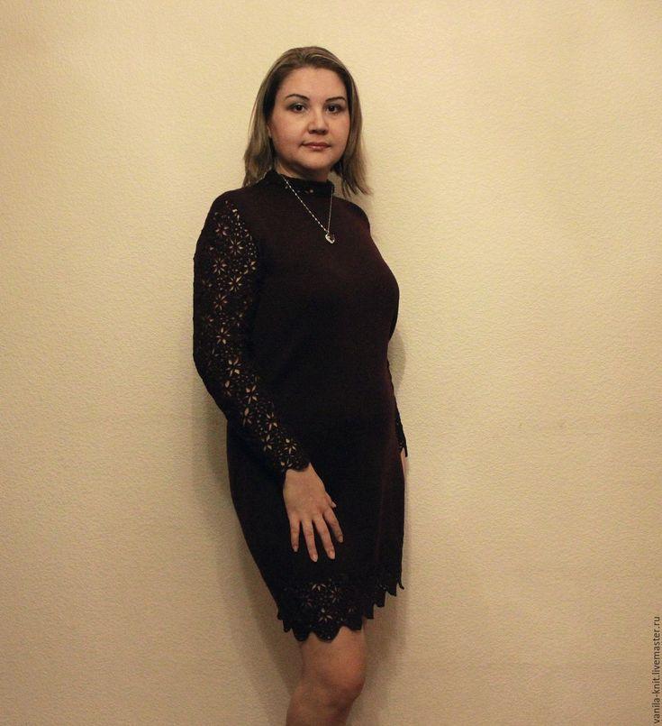Платье вкусного шоколадного цвета выполнено в смешении разных техник вязания. Как результат - теплое непрозрачное платье плотной вязки с кружевной отделкой по подолу, воротнику, рукавам.