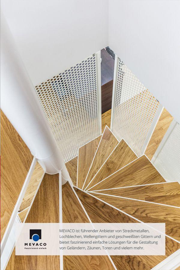 Moderne Kombination aus Holz und Lochblech für eine Wohnungstreppe. Durch den Einsatz von PerfAction wurde eine verblüffende Tiefenwirkung geschaffen. Mehr unter http://www.mevaco.de/fascination-51 #MEVACO #Lochblech #Rundlochung #Stahl #PerfAction #FaszinationNo51