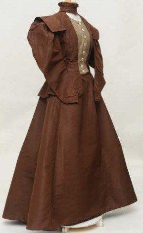 Платье женское. Вторая половина 1890-х гг. Ткань шёлковая, ткань льняная,  тесьма шерстяная,  шитьё машинное 62 × 33; 112 × 109 (без пояса) Владимиро-Суздальский музей-заповедник
