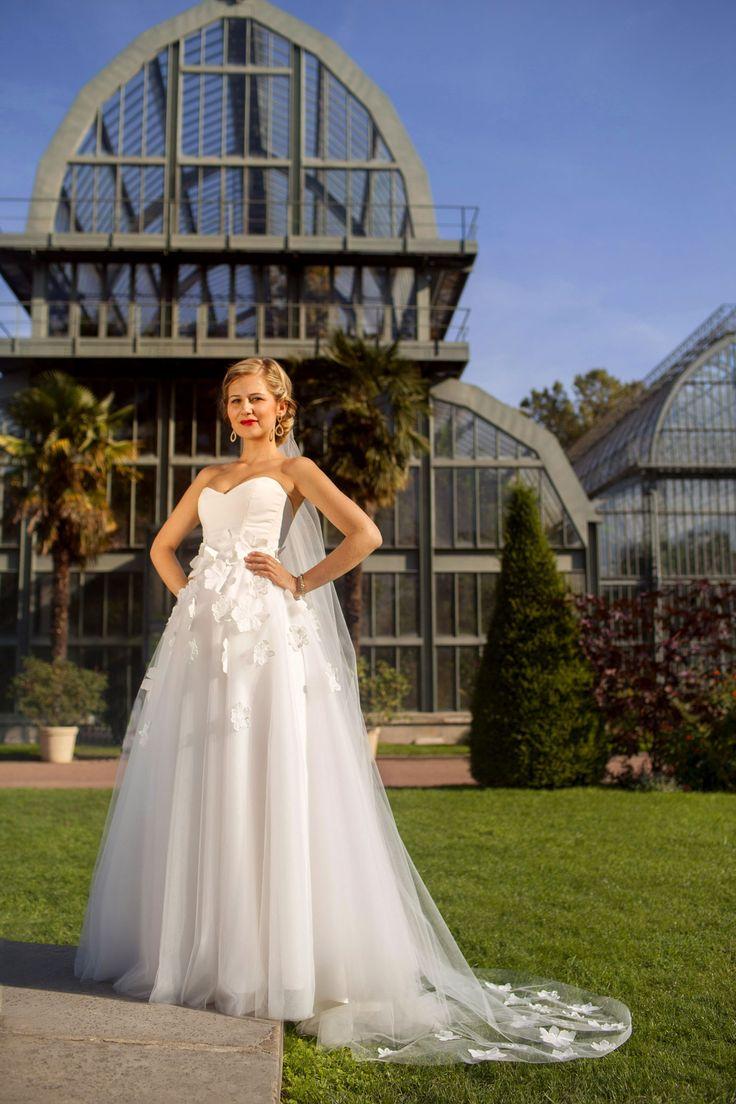 Ludivine Guillot, robe de mariée sur mesure à Lyon. Tulle souple - fleurs - brodé - broderie - princesse - évasée - voile - bustier - wedding dress - bridal gown - lace - mariage - tendance 2017 2018