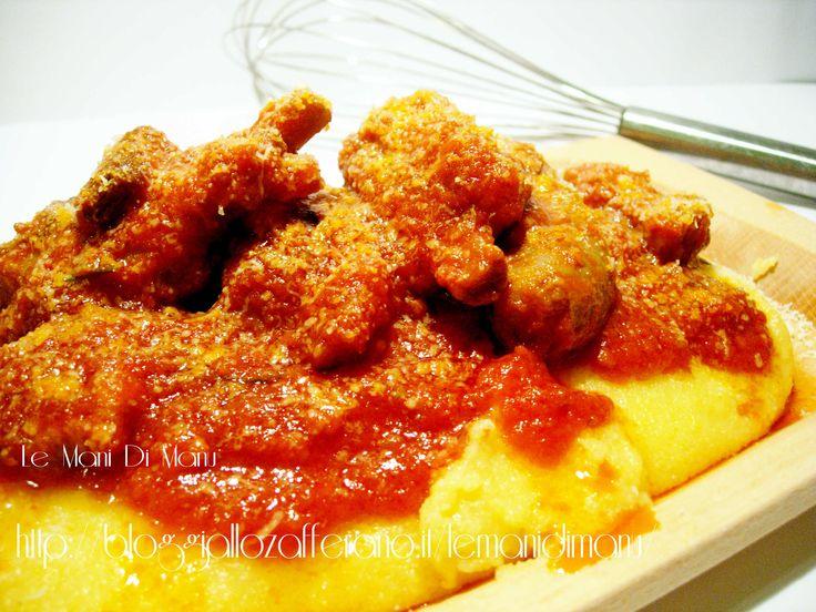 La polenta al sugo di salsiccia e spuntature (costine di maiale) è un tipico piatto laziale molto saporito, una vera leccornia! Leggi la ricetta!