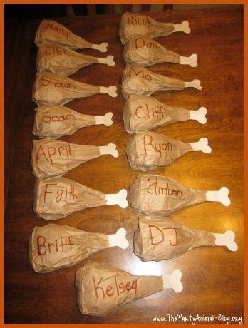 Marcadores del lugar en la mesa hechos de bolsas de papel con forma de muslo de pavo   -   Thanksgiving Crafts: Check these funny Place Settings for Thanksgiving made from Paper Bags.