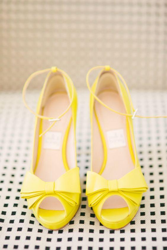 Coucou les filles ! Comme mardi, j'ai envie d'assortir les chaussures à la couleur du bouquet. Voici donc 10 idées de chaussures jaunes :) Allez-vous porter des chaussures jaunes pour votre mariage ? 1. 2. 3. 4. 5. 6. 7. 8. 9. 10. Pour les associer