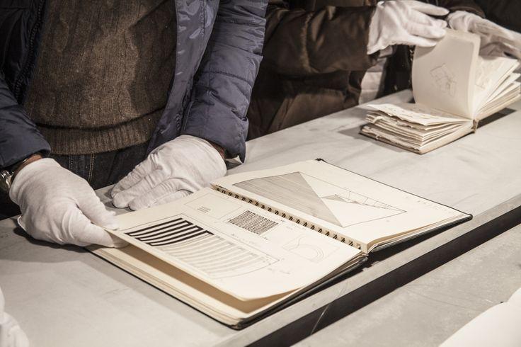 Ayraç işareti defterle aralama, açma ve detaya girme üzerinden bir ilişki kuruyor; sanatçının sanat piyasası ve sanat tarihi tarafından büyük ölçüde yönlendirilen, görünürdeki çizgisel tarihinin dışında kalanı, artık olanı ya da potansiyel olarak gerçekleşecek olanı aralıyor #artfulliving #sergi #exhibition #contemporaryart #pgartgallery #ppenheimer #yagizozgen #tuncasubası  #aysewilson
