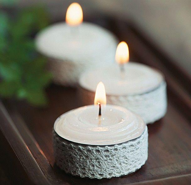 Anfitrião prevenido sempre tem velas de réchaud na manga. Um jeito fácil de dar roupagem de festa para essas pecinhas curingas é envolver o suporte de metal com uma tira de renda adesiva ou colada com fita dupla face