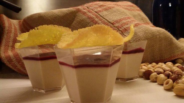 Panna cotta alle nocciole con salsa di uva fragola e cialdina croccante al mais