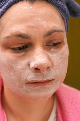 How to Remove Very Deep Blackheads: Mix 4 tsp baking soda with 1 cup mineral water. Apply the baking soda paste to your entire face, and let sit for 10 minutes.