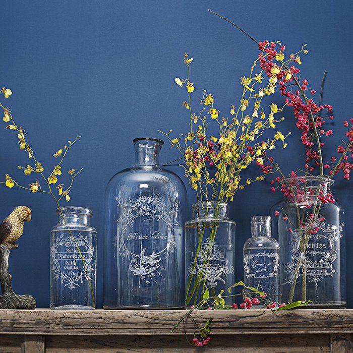 Des vases et des bouteilles gravés comme des bocaux anciens