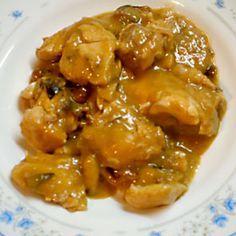 Cómo hacer Pollo en salsa. En primer lugar picarmos la cebolla, cortamos el jamón en dados y laminamos los champiñones. Salpimentamos los trozos de pollo (o filetes), enharinamos y