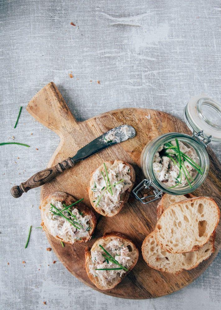 Snel en gemakkelijk recept voor een rillettes van makreel. Leuk smeersel voor op een broodplank. Met licht zure kappertjes, frisse citroen en crème fraiche.