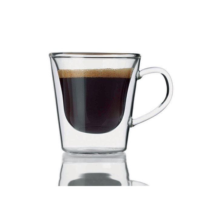 Luigi Bormioli Espresso glas set per 2  De ruimte tussen de glazen wanden heeft een isolerende functie waardoorhete dranken zoals koffie en thee de hoge tempratuur behouden. Hetzelfde geldtvoor koude dranken die zo een aangenaam koele temperatuur behouden. Bovendienhebben de dubbelwandige glazen bij koude dranken als voordeel dat er geencondensvorming aan de buitenkant optreedt. Inhoud 12 cl.Hoog: 7 cm Diameter: 8cm Een set bestaande uit twee glazen. Een doosje met 2 prachtige dubbelwandige…