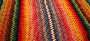 Min filt/pläd är färdig! Jag virkade den i en massa färger av garnet Tilda med virknål nummer 5. Mönstret är hur enkelt som helst –  Lägg upp så många maskor som du vill ha filten lång,…