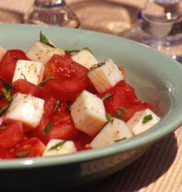 Salade tomates, basilic et mozzarella, la recette d'Ôdélices : retrouvez les ingrédients, la préparation, des recettes similaires et des photos qui donnent envie !