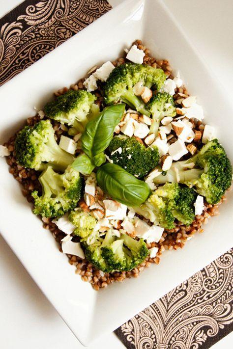 Sałatka gryczana z brokułami, fetą i migdałami (4 składniki)