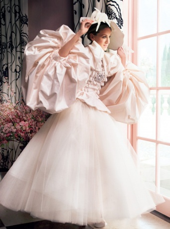 http://videos.vidora.com/details?v=3100 A daring wedding look for a bold bride or for the fans of Christian Dior's (Fall 2007 collection) designer John Galliano! Sarah Jessica Parker as Carrie Bradshaw models this dress during her Vogue fashion shoot in 'Sex and the City' the movie.