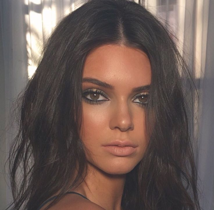 Kendall Jenner tan bronzed sultry makeup