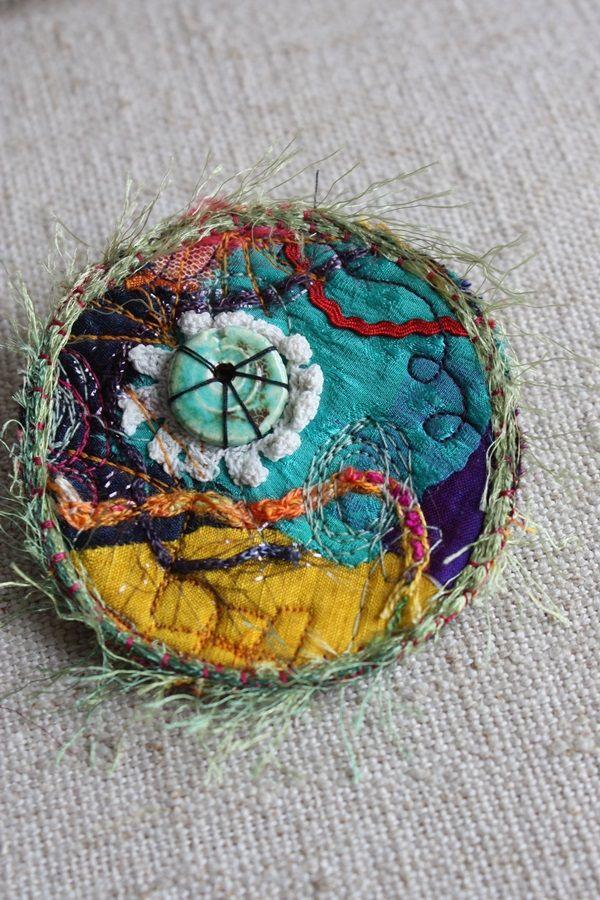 Broche bohème en soies et céramique
