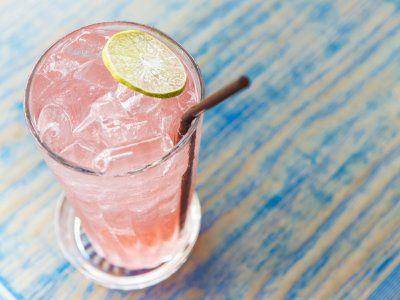 Refrescante bebida tropical, esta limonada de fresa te encantará. El color y el sabor que obtiene es muy llamativo, me encanta esta bebida porque no es la típica limonada, sino que el toque de fresa la hace especial.