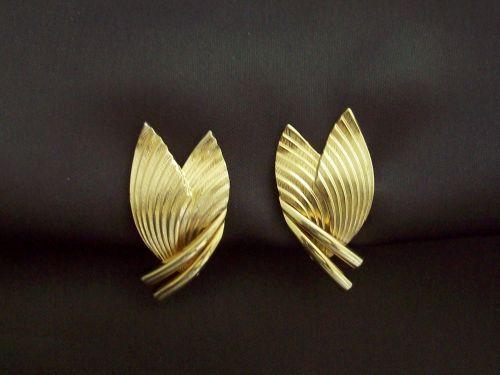 SOLD/VENDU - GROSSE - Boucles d'oreilles forme moderniste en métal plaqué or - vintage 1958 (Sold/Vendu)