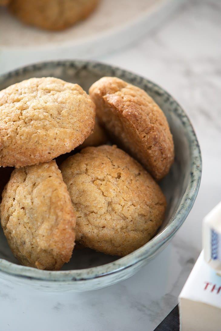 Lækre krydrede ingefærsmåkager som er nemme at bage og smager lige som de dejligste engelske ingefær småkager - få opskrift her