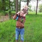 Wat een verrassing deze wandeltocht. Lekker wandelen door het Brabantse Landschap. Je start in de koeienstal die grenst aan het gezellige, bourgondische terras van Herberg de Brabantse Kluis. Je loopt tussen de koeien door, via de staldeur naar buiten en zo de kloostertuin binnen. De ijzeren biggetjes wijzen je de weg. Na een heerlijk stuk stappen kom je bij een varkenszichtstal.