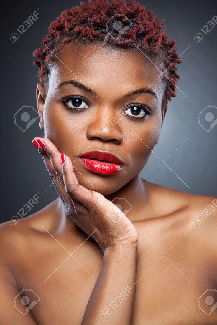 Beauté noire aux cheveux courts rouge hérissés