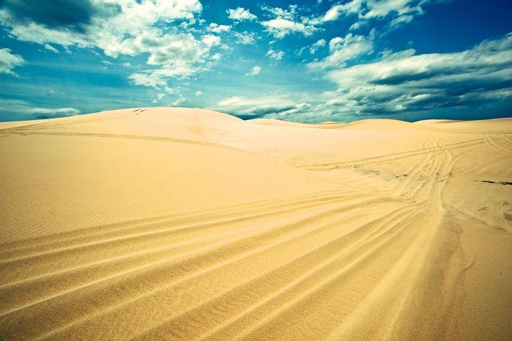 青空と白砂の砂漠