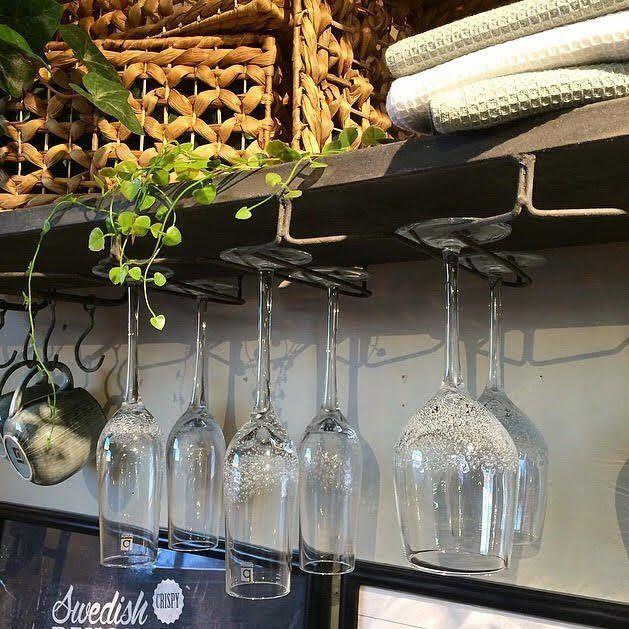 Populära hyllan för vinglas finns i butik och webshop! 779.- (levereras dessutom fraktfritt 😉) Ha en riktigt skön torsdag! #hyllaförvinglas #kökshylla #vinglashylla #barhylla #köksinspo #inredningsinspo #inspohome  #inredning #gårdsbutik #webshop #Matfors #Sundsvall #inredningsbutik #rustik #inredningstips #rustikahem