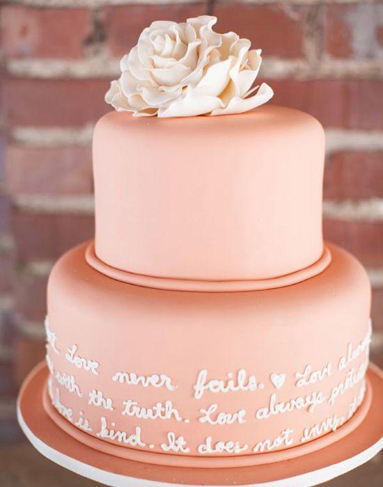 """Neste bolo, há um toque de romance e fé. A linda mensagem na base do bolo é parte de Coríntios 13: 4-8. Ótima escolha para noivos religiosos. Curiosidade: em inglês, este capítulo de Coríntios se refere ao amor. No português, dependendo da versão da Bíblia, """"love"""" pode ter sido traduzido por """"caridade""""."""