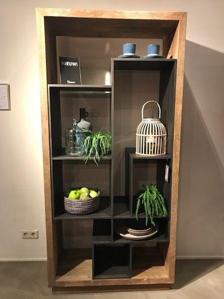 boekenkast teakhout doorkijkkast met grijze vakken super trendy en handig deze vakken boekenkast