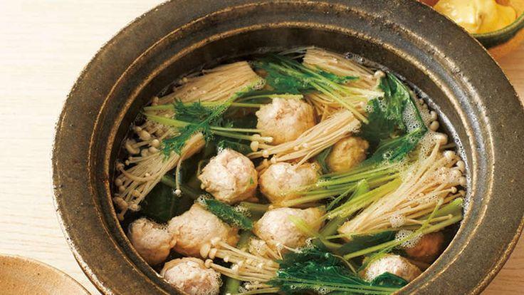 鶏ひき肉のフワフワつくねと青菜やきのこを、手づくりの3種のたれでいただきます。つくねのタネは鍋物以外のおかずにも使えます!ポリ袋に入れてつくると手も汚れず、絞り出しやすいタネに。
