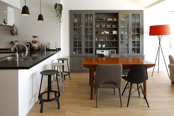 「三井のリフォーム(三井不動産リフォーム)」のリノベーション事例「人を招いて楽しい、オープンキッチンとゲスト用食器棚のあるリビング」