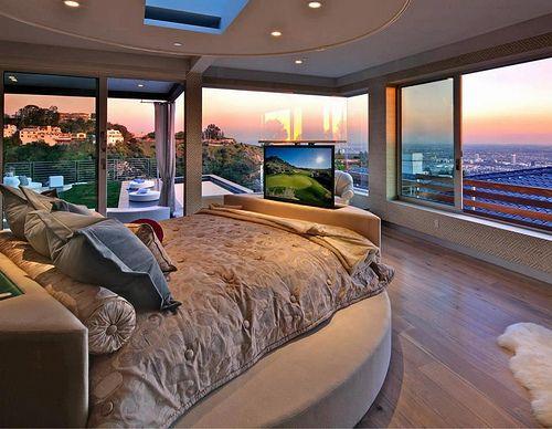 Vorrei una camera da letto come questo perché mi piace la tv grande e la vista