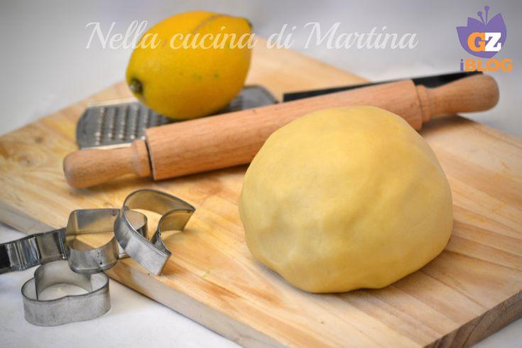 pasta frolla ricetta base nella cucina di martina300 g. di farina bianca 00 120 g. di zucchero bianco semolato 150 g. di burro un uovo intero ed un tuorlo (uova medie) un pizzico di sale la buccia grattugiata di un limone Procedimento