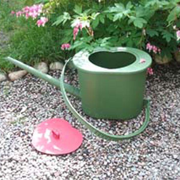 Guldkannan Towa är en kombinerad potta/nattkärl och vattenkanna för enkel användning av urin som växtnäring.