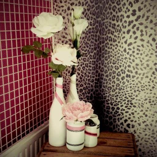 bloemen in versierde flessen
